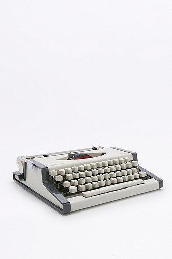 vintage-traveller-deluxe-typewriter